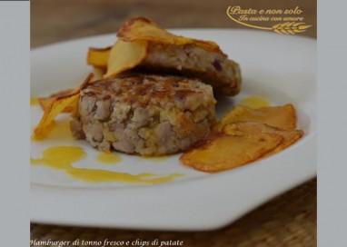 Hamburger di tonno fresco e chips di patate