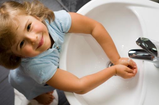 Battimani a chi si lava le mani, l'igiene per ammalarsi meno