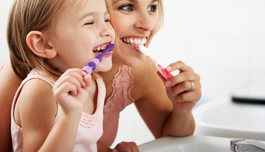 Come insegnare ai bambini a lavarsi i denti da soli