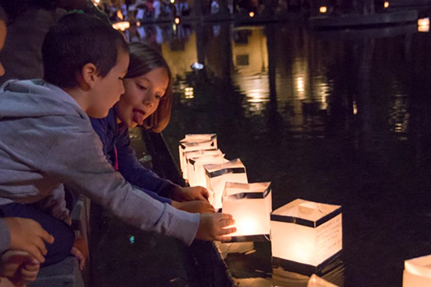 Le lanterne sull'acqua in Piazzale della Pace