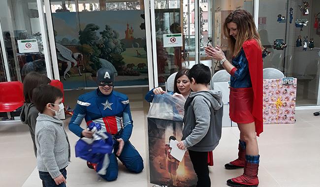 Batman o Spider-Man? I supereroi portano un sorriso all'Ospedale dei Bambini