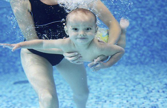 Uno, due, tre…via! In acqua con mamma e papà!