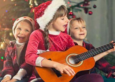 L'atmosfera del Natale comincia dalla musica, che riunisce grandi e piccini